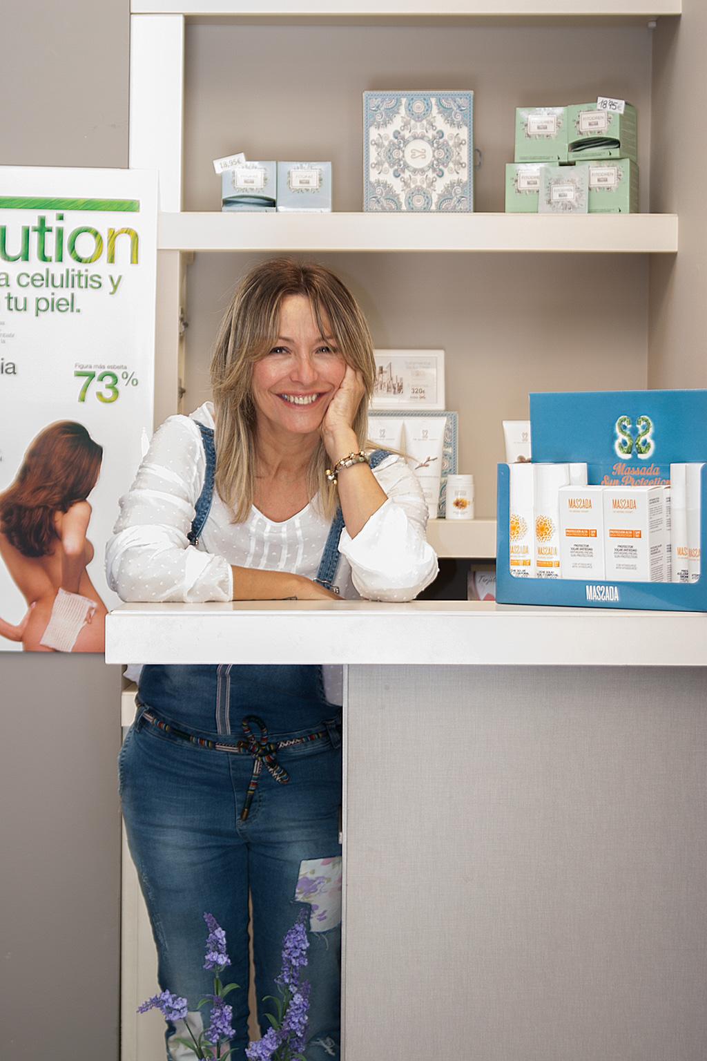 Ainhoa Olarreaga posando con productos MASSADA.