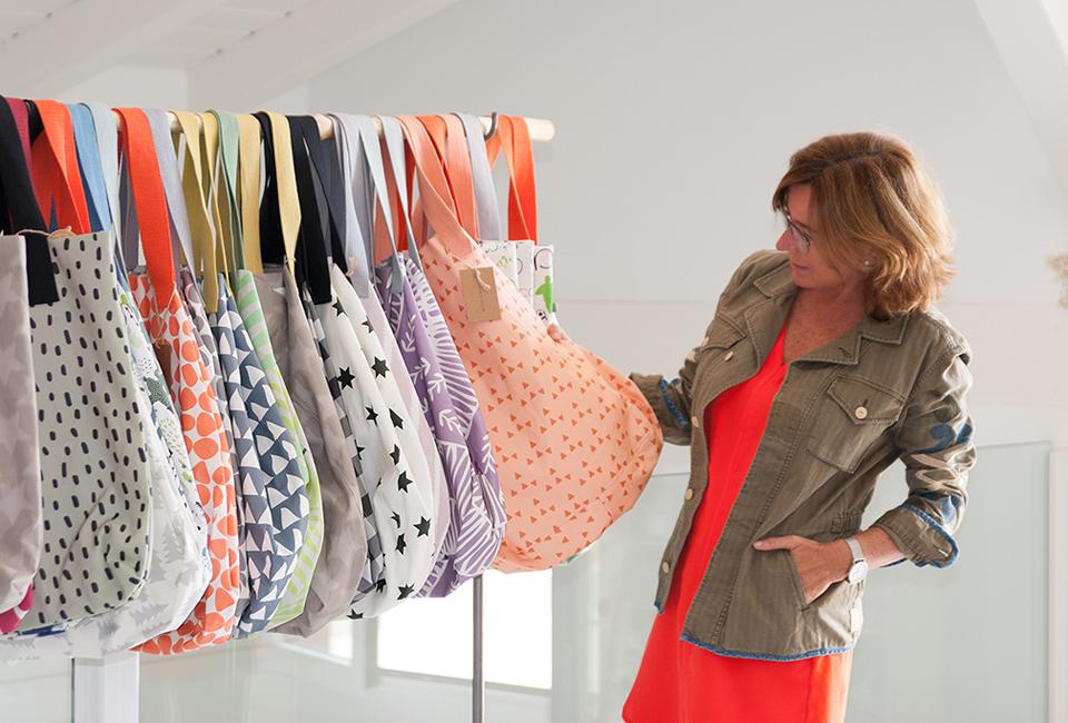 BLANCA ECHART muestra sus bolsos vestida con prendas de CABO ROJO CONCEPT.