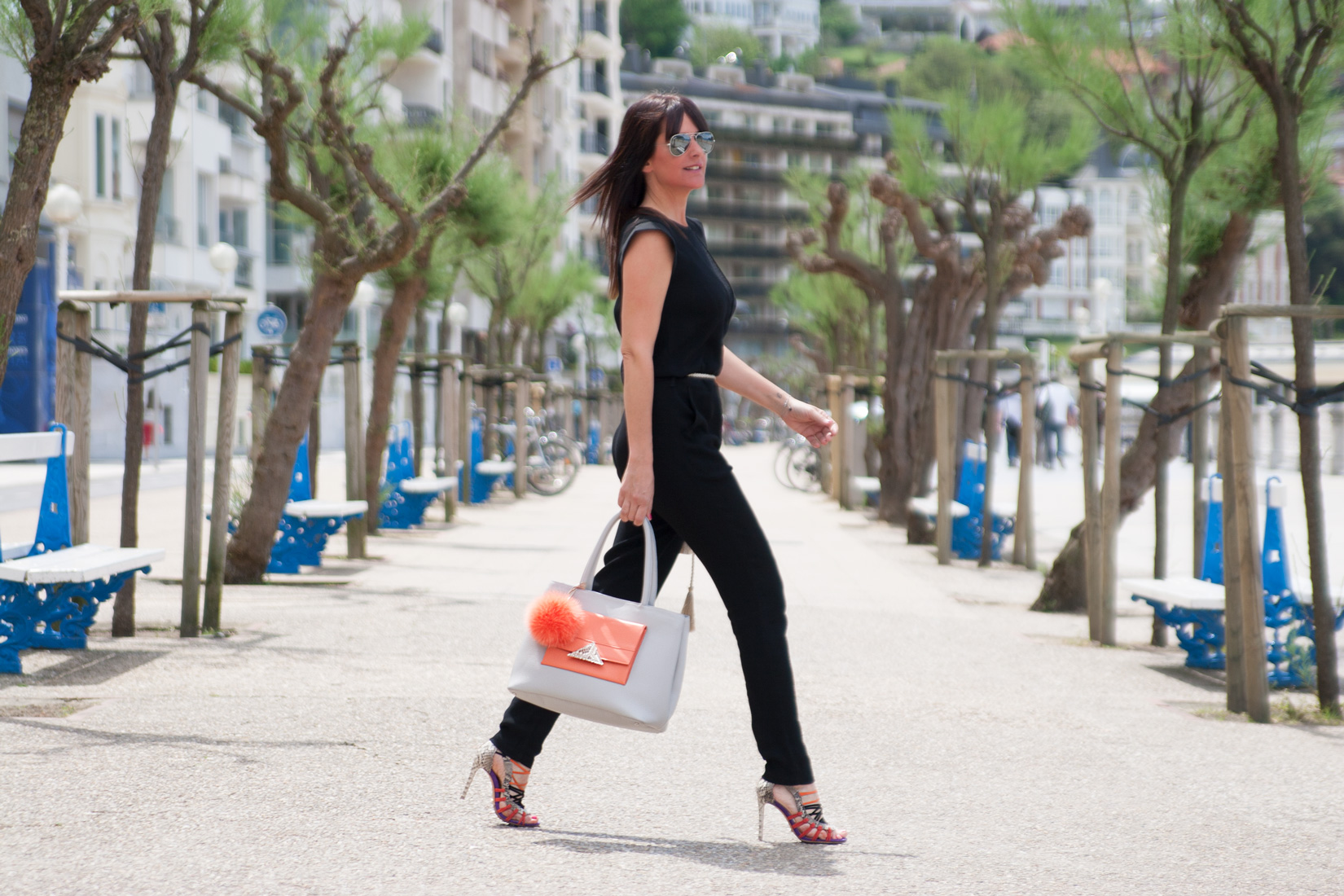 Ainhoa Etxeberria de THE SHOE BOUTIQUE posando con prendas del comercio donostiarra DOLLS.