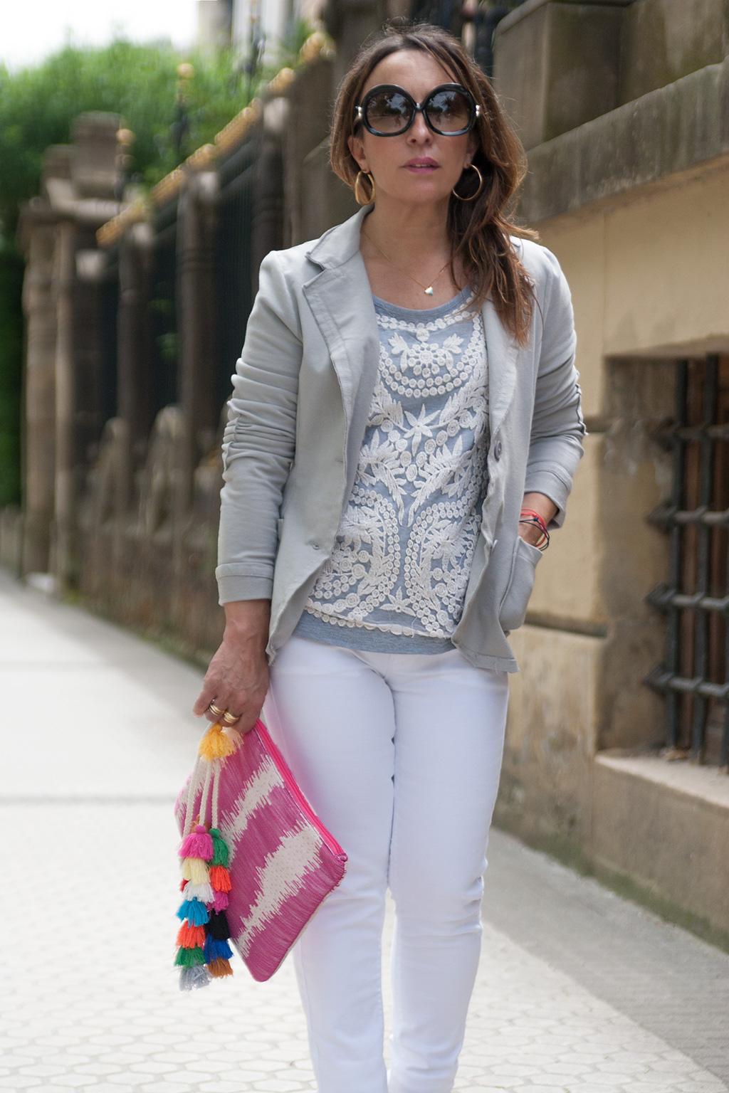 Silvia Tello de COMO UNA REINA posando con prendas de MACACO.