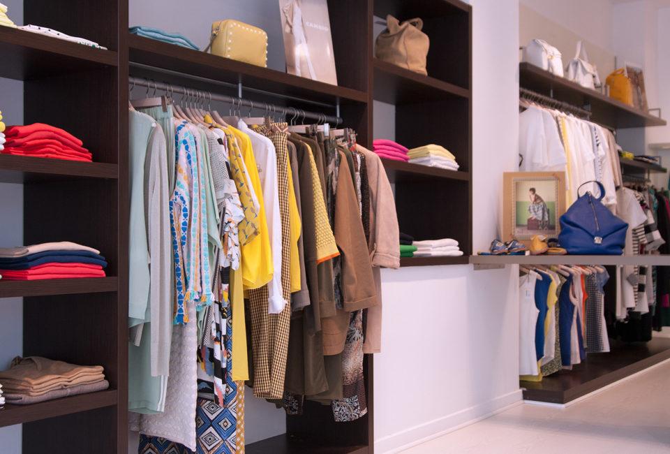 Prendas en el interior del comercio de moda OCRE.