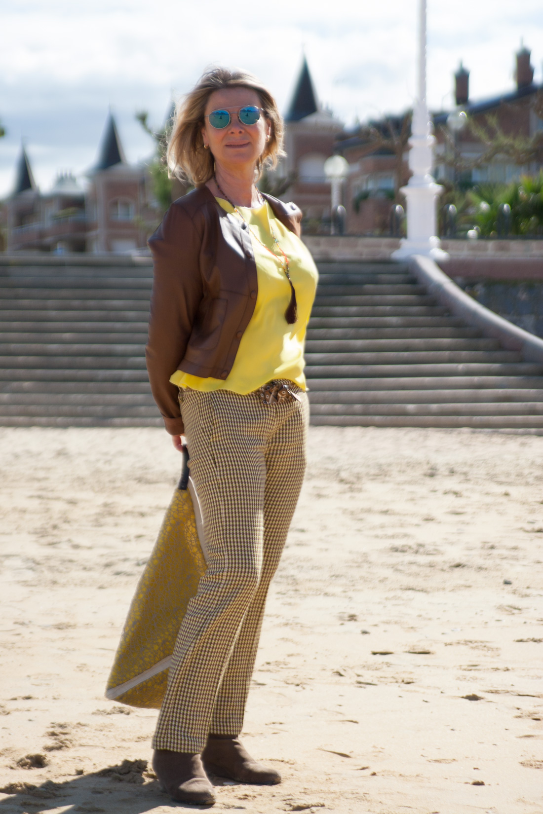 ASUNTA LARRINAGA, guía turística, posando con prendas del comercio OCRE.