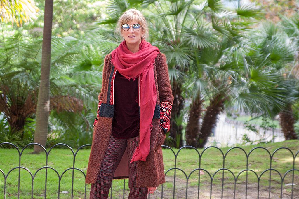 La doctora Maite Balda posando con prendas de ARBELAITZ Y gafas ZINKUNEGI.