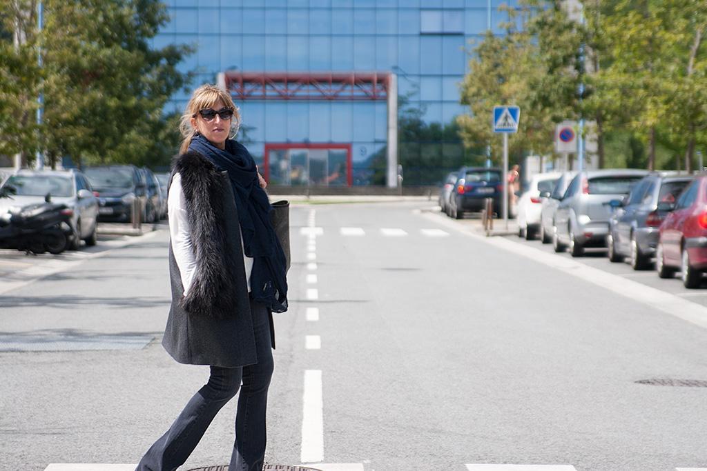 Maite Balda posando frente a la Clinica Zuatzu.