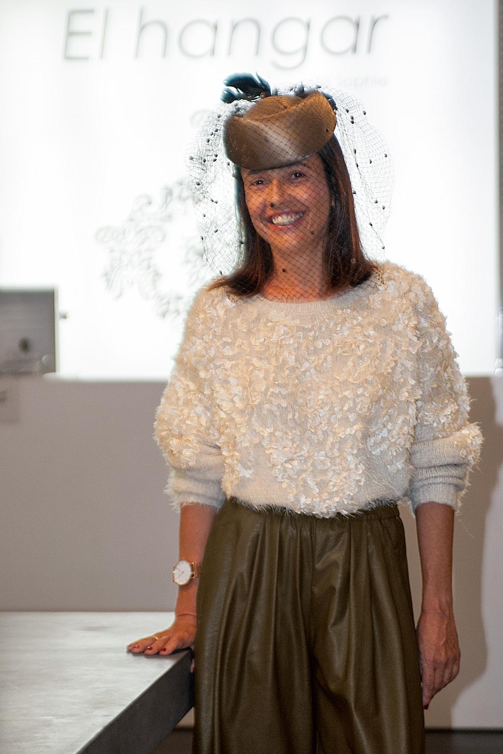 Begoña Rezola posando con prendas de El Hangar y calzado Ainhoa Etxeberría.