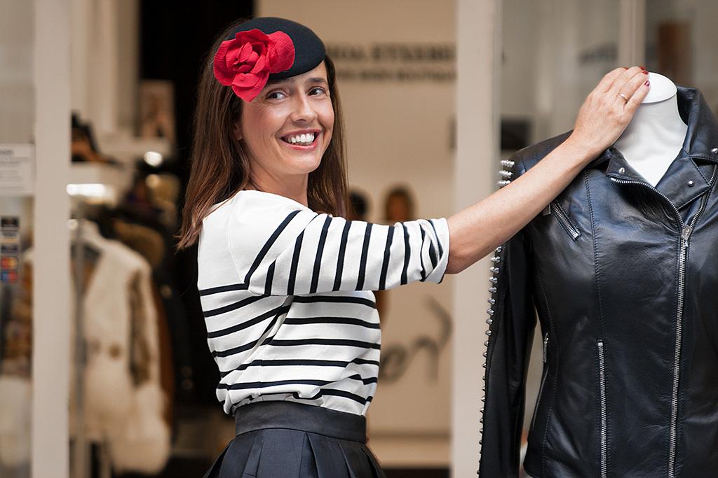 Begoña Rezola posando con prendas de El Hangar, tocado BEGOÑA REZOLA y calzado Ainhoa Etxeberría.