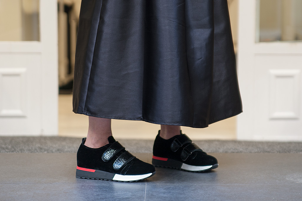 Begoña Rezola posando con prendas de El Hangar y calzado Ainhoa Etxeberria.
