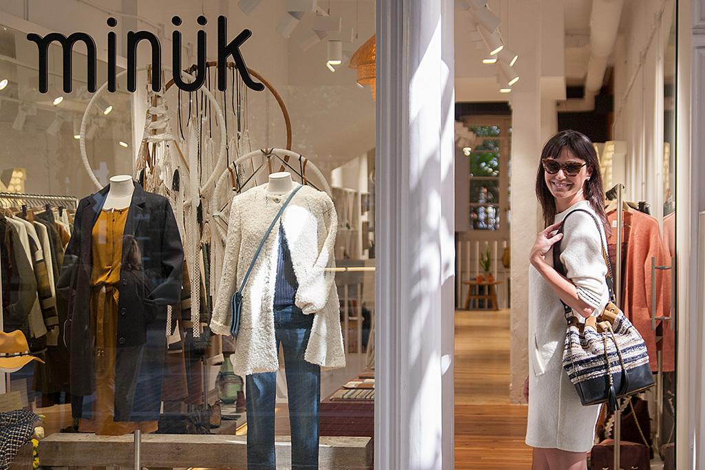 Maitane Segurola posando en la entrada de la tienda MINÜK