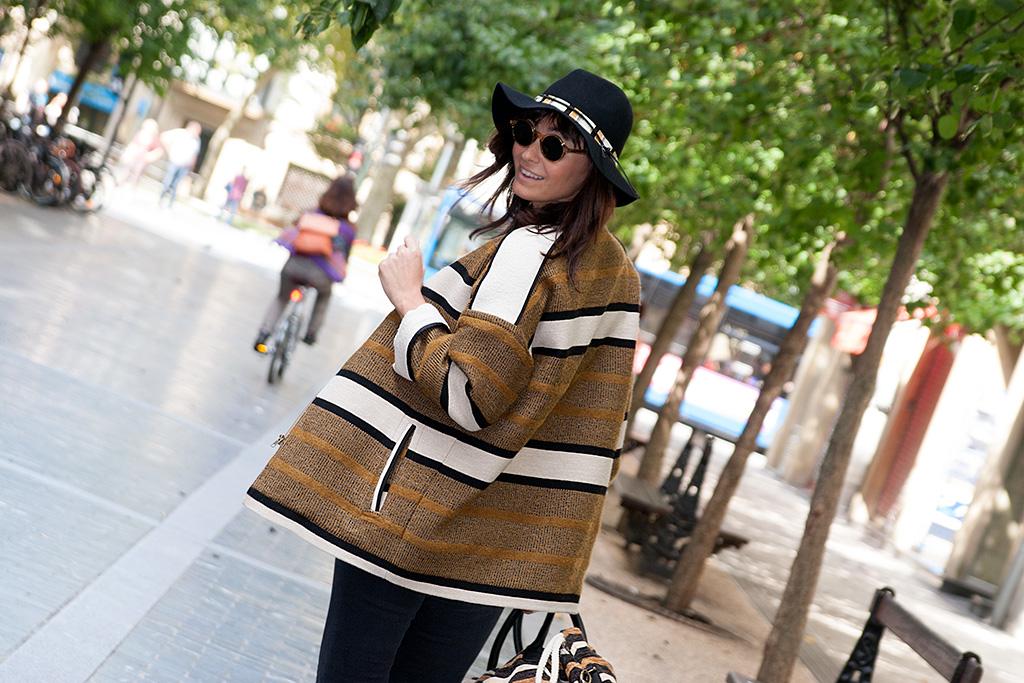 Maitane Segurola por Donostia con prendas de la tienda MINÜK y gafas de la óptica ZINKUNEGI