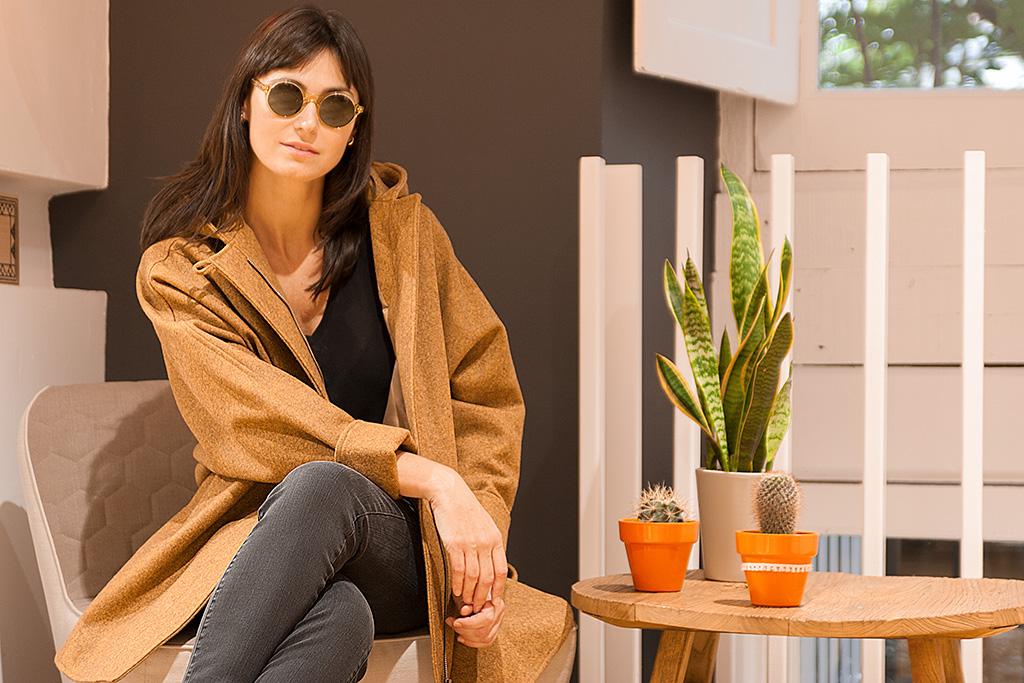 Maitane Segurola en la tienda MINÜK con gafas de la óptica ZINKUNEGI