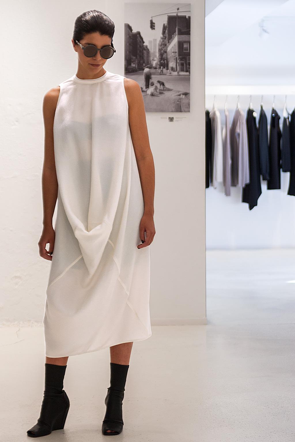 Ana Tena posando en el Noventa Grados con prendas de la tienda.