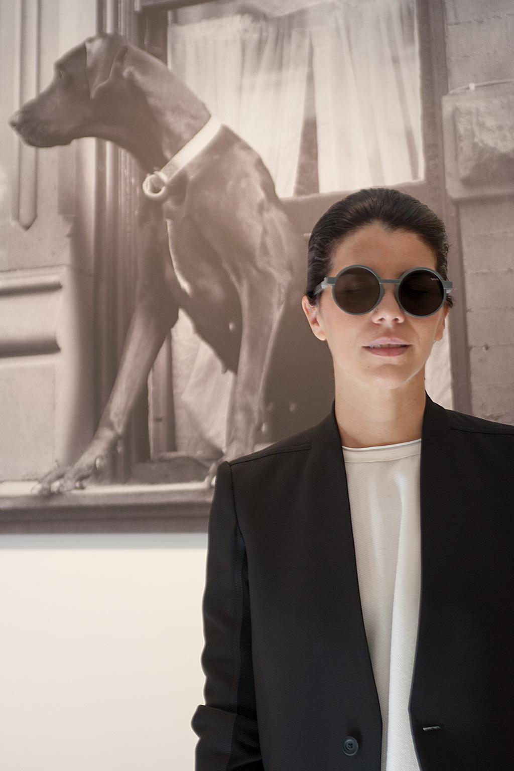 Ana Tena, interiorista, posando en el Noventa Grados con prendas de la tienda.