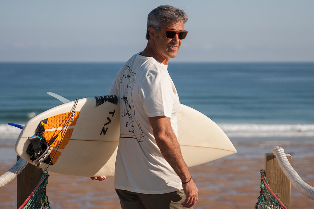 Angel Unzueta posando en la playa de Zarautz con prendas de PUKAS.