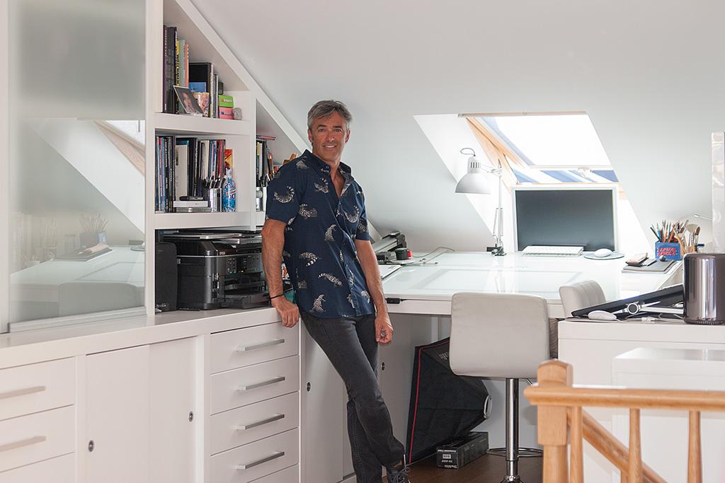 Angel Unzueta posando en su estudio con camisa PUKAS.