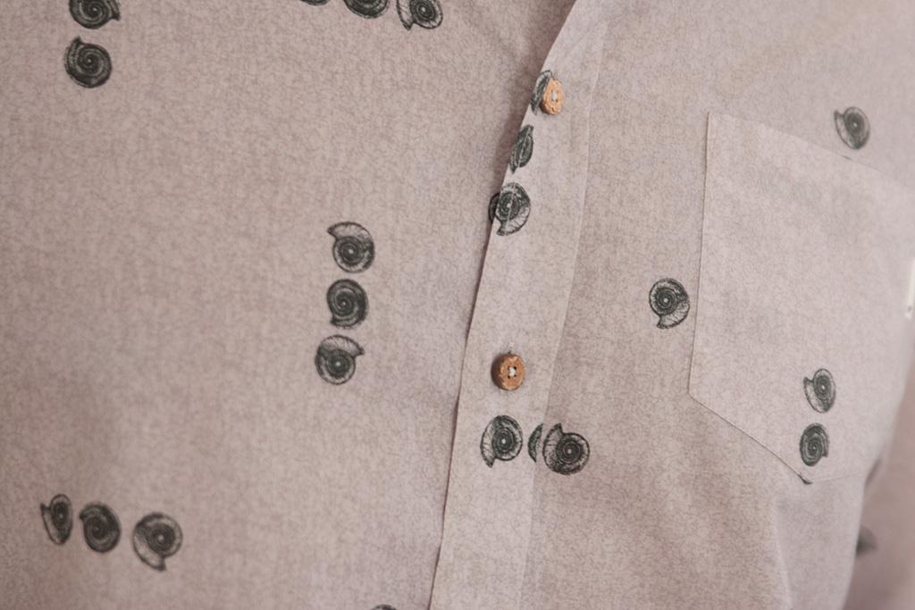 Detalle de camisa PUKAS.