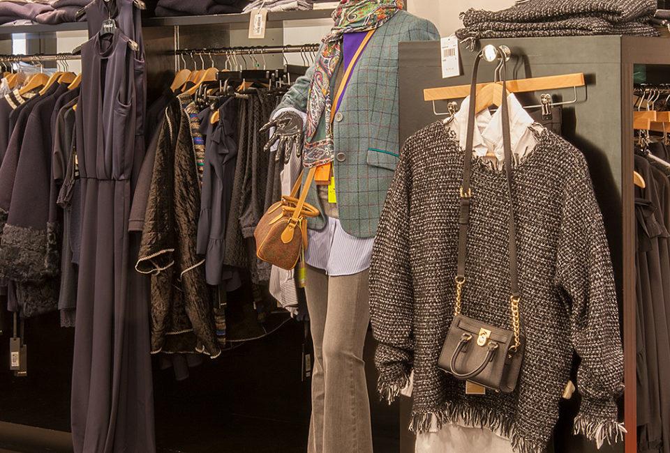 Prendas en el interior del comercio de moda ARBELAITZ.