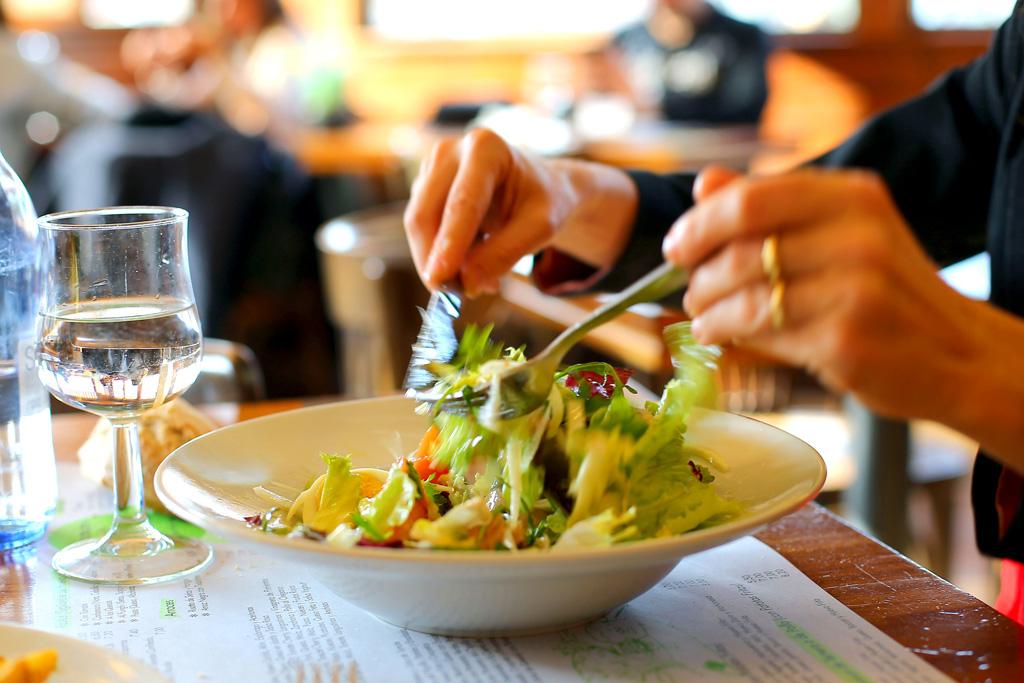 Plato de ensalada en el café-bar-restaurante BULLY.