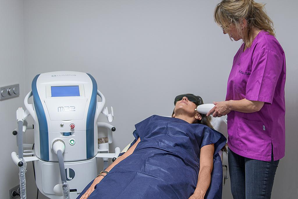 La doctora Maite Balda tratando a una paciente.