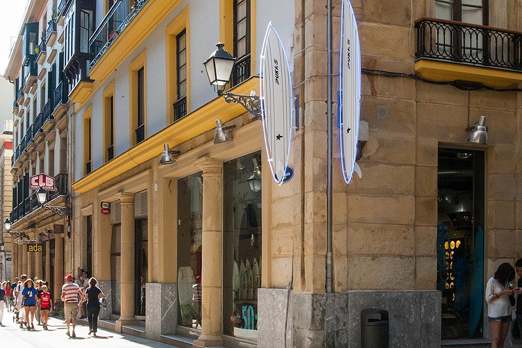 Exterior del comercio PUKAS Surf en la Parte Vieja.