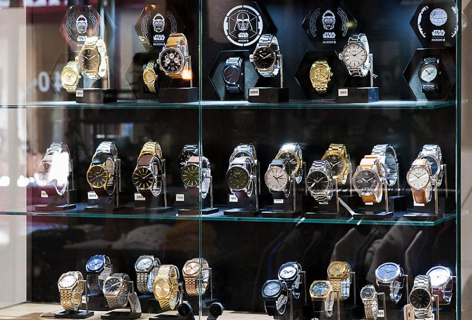 Relojes en el interior de la tienda PUKAS.