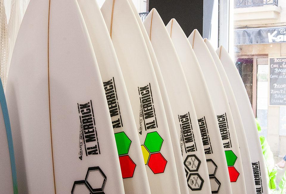 Tablas de Surf en el interior de la tienda PUKAS.