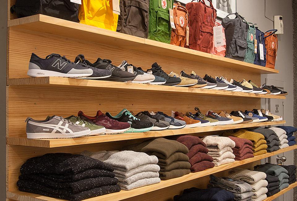 Zapatillas y ropa de la tienda Three Elements.