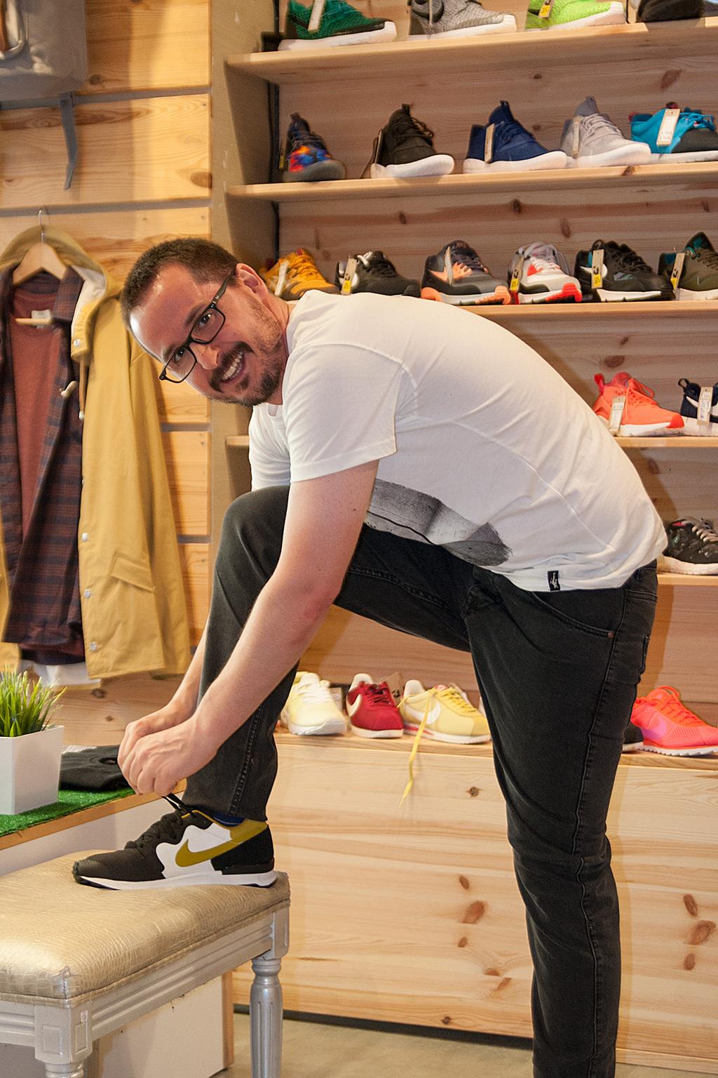 Manuel Aguilar atándose las zapatillas Nike de Three Elements