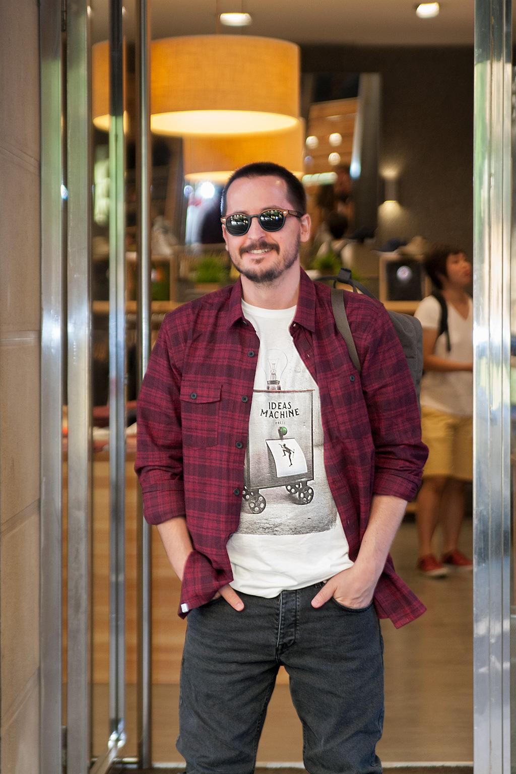 Manuel Aguilar posando en la entrada de Three Elements.