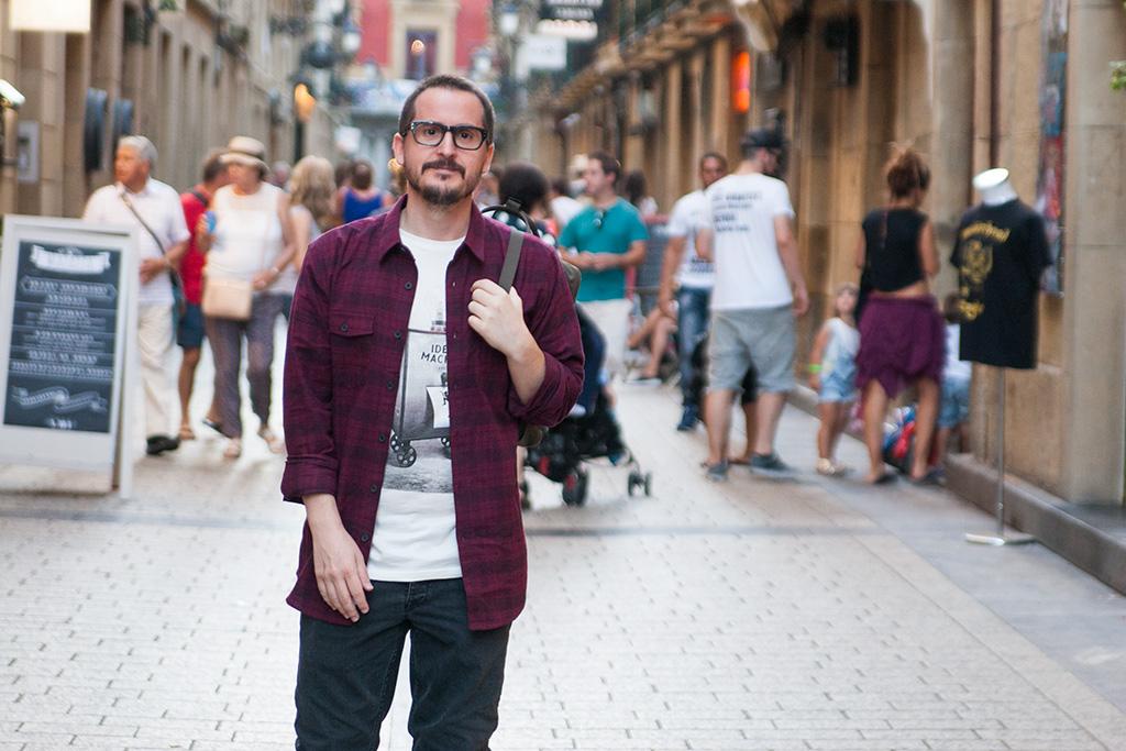 Manuel Aguilar de Galipot Zinema en la Parte Vieja Donostiarra con prendas de Three Elements y gafas de la óptica Zinkunegi.