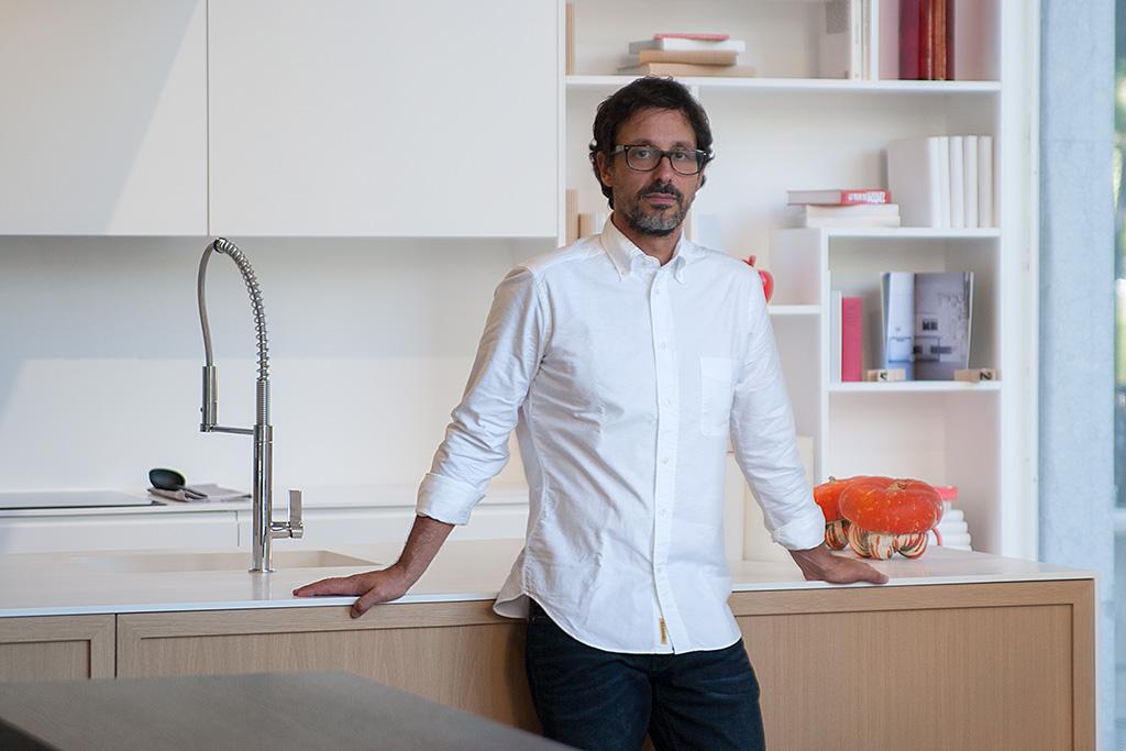 Héctor Aguirre de Kökdeco Cocina / Baño posando en su tienda para Muselines con prendas de Arbelaitz y gafas de la óptica Zinkunegi.