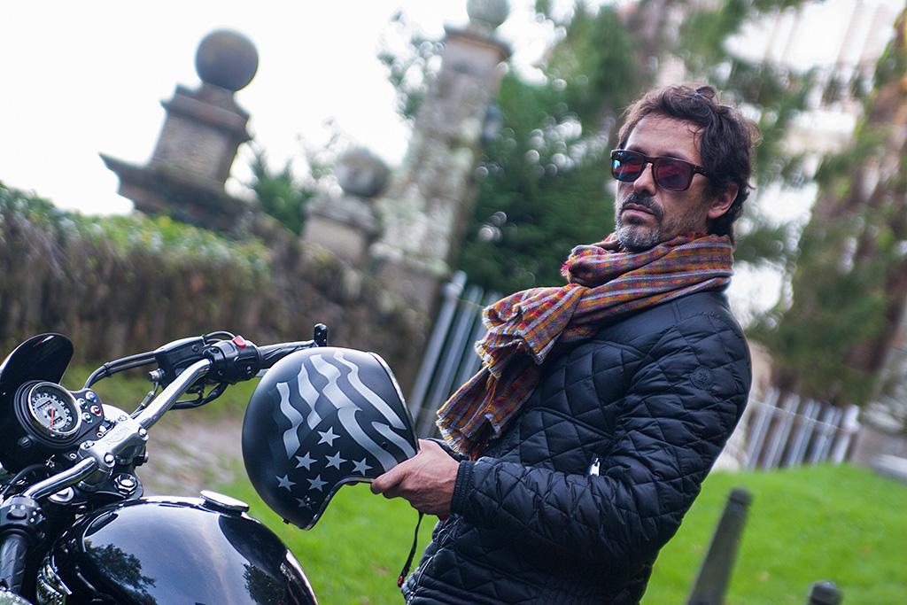 Héctor Aguirre de Kökdeco Cocina / Baño posando para Muselines con prendas de Arbelaitz y gafas de la óptica Zinkunegi.