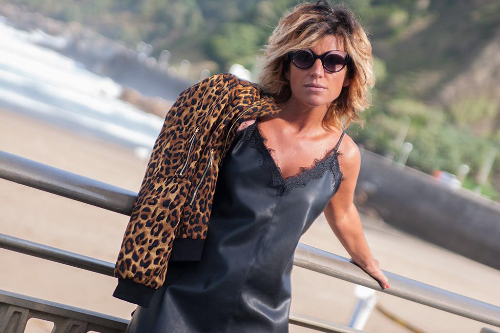 Asun Delgado de la peluquería de Amara ASUN DELGADO posando para MUSELINES con prendas de LITTLE LOLA y gafas ZINKUNEGI.