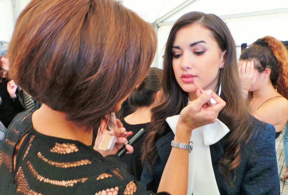MARTA G ESTILISMO estilismo maquillando a una modelo.