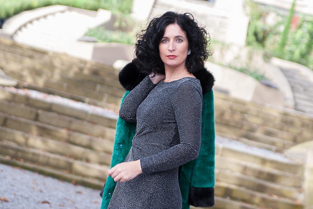 Virginia Errekalde posando para Muselines con vestido de Vuelve Marcela y joyas de Casa Munoa.