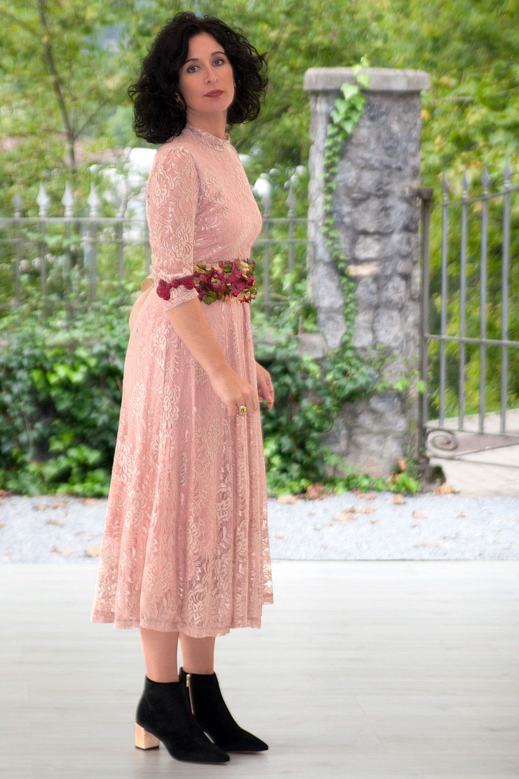 Virginia Rekalde posando para Muselines con vestido de Vuelve Marcela, cinturón floral de Endanea Garden joyas de Casa Munoa y Botines de Ainhoa Etxeberria - The Shoe Boutique