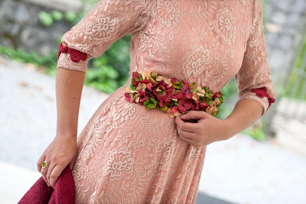 Virginia Errekalde posando para Muselines con vestido de Vuelve Marcela, cinturón floral de Endanea Garden y joyas de Casa Munoa.