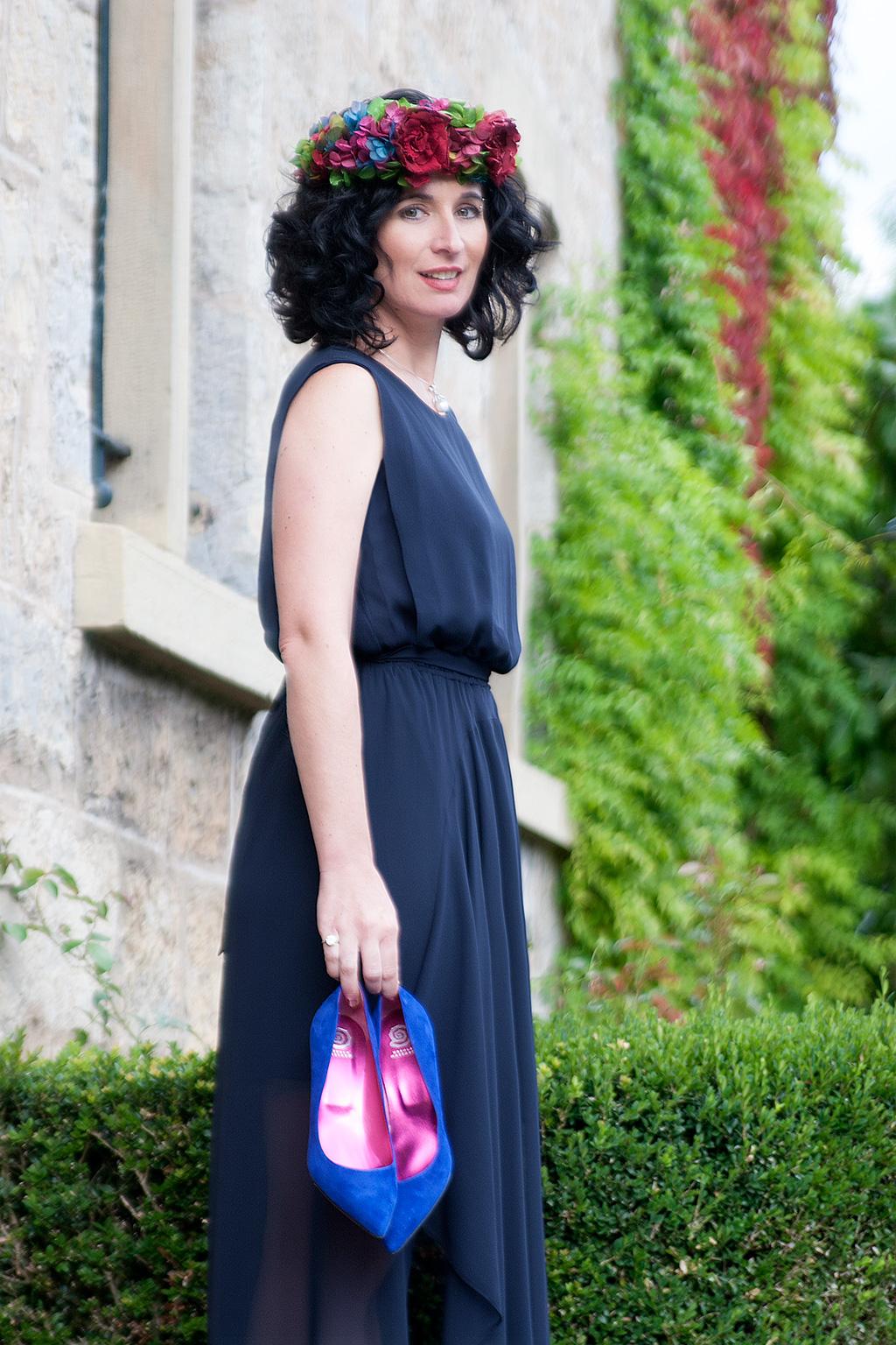 Virginia Errekalde posando para Muselines con vestido de Vuelve Marcela, corona de flores de Endanea Garden y zapatos de Ainhoa Etxeberria - The Shoe Boutique.