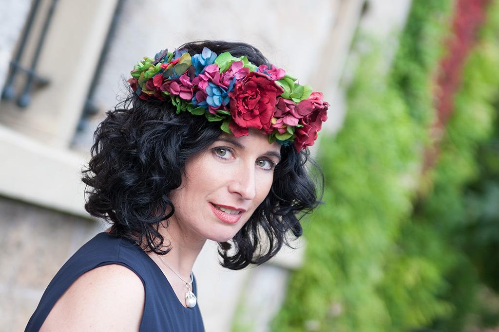 Virginia Errekalde posando para Muselines con vestido de Vuelve Marcela y corona de flores de Endanea Garden.