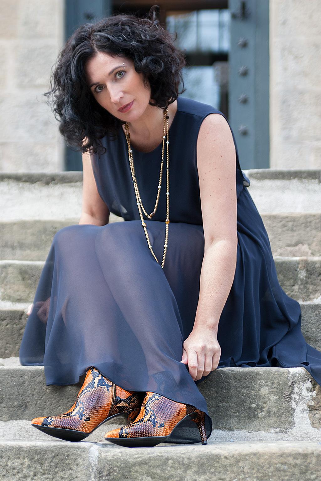 Virginia Errekalde posando para Muselines con vestido de Vuelve Marcela, joyas de Casa Munoa y calzado Ainhoa Etxeberría - The Shoe Boutique.