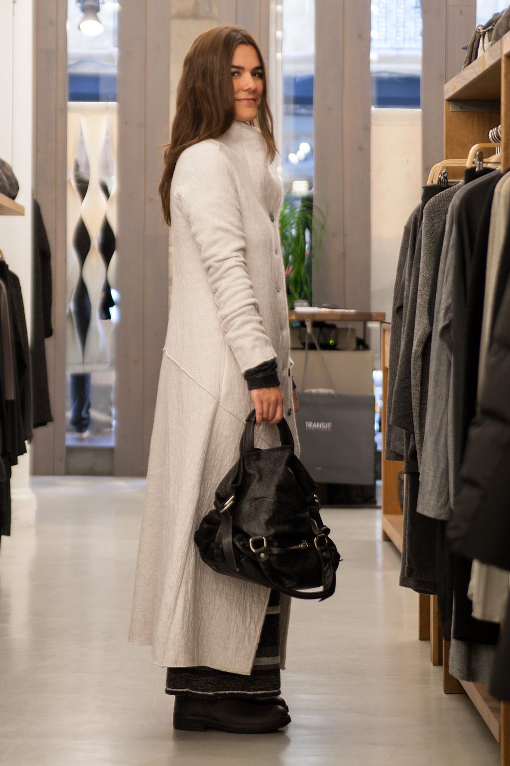 Juncal Aguirre posando con prendas de Transit en el interior de la tienda.