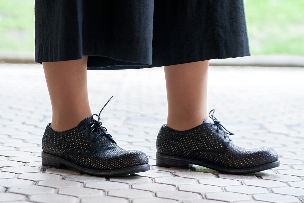 Juncal Aguirre posando con prendas de Transit fuera de su escuela. Detalle de calzado.