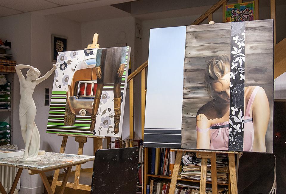 """Lienzos de Juncal Aguirre en su escuela de pintura """"Margotu"""", situado en el barrio de Amara."""