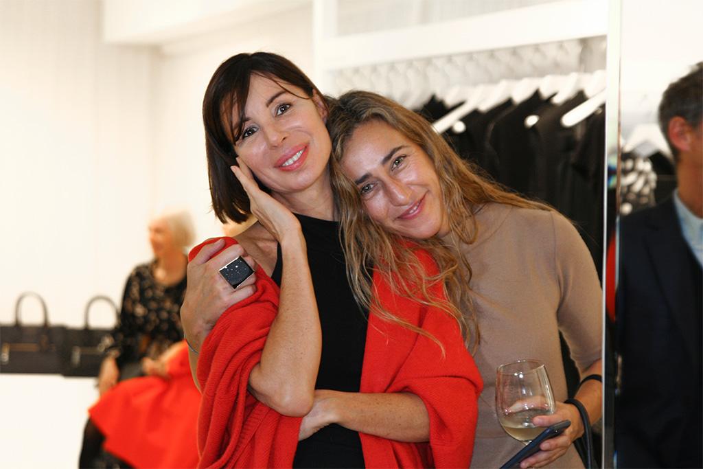 Sybilla y su ayudante durante la presentación de su nueva colección otoño-invierno en la tienda NOVENTA GRADOS.