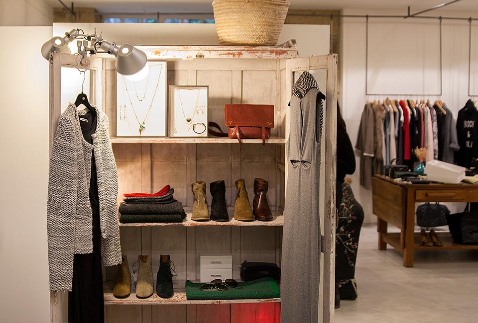 Prendas en el interior de la tienda de moda BERRIZ.