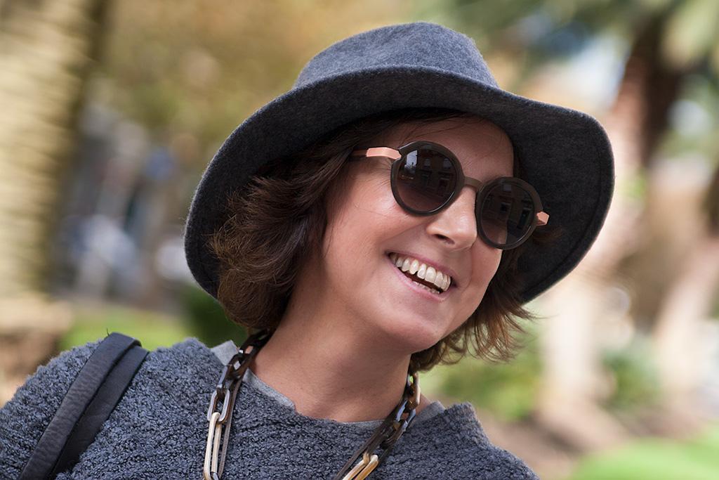 Inés de la Peña posando con prendas de la tienda Ocre y gafas de la óptica Zinkunegi.