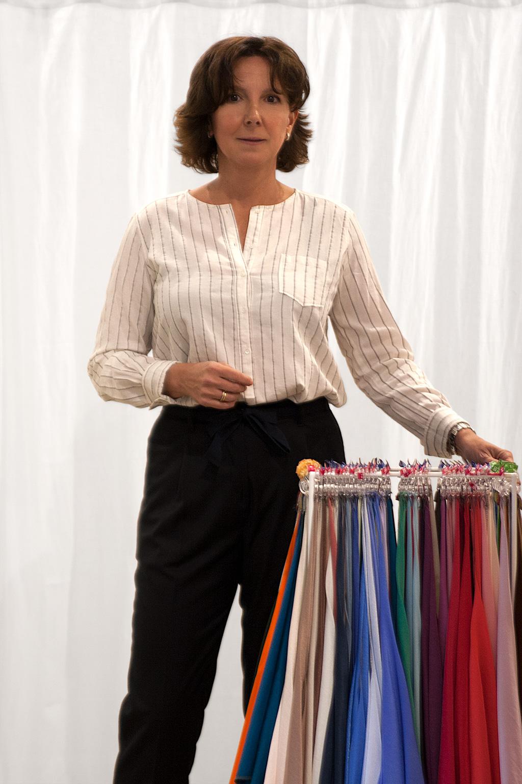 Inés de la Peña, asesora de imagen, posando con prendas de la tienda Ocre.