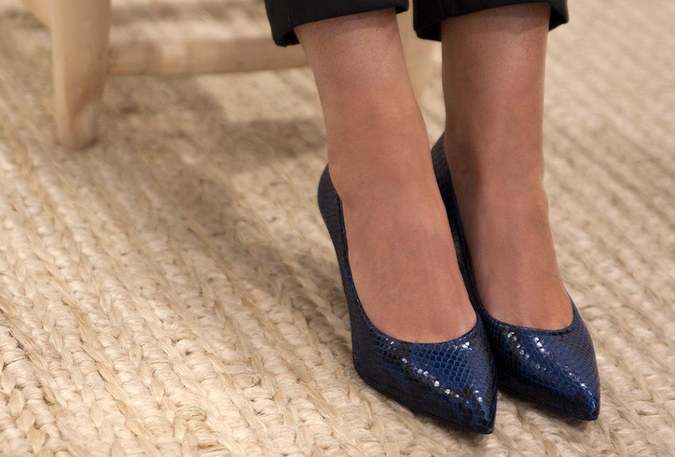 Inés de la Peña, asesora de imagen personal, con calzado de la tienda Ocre, situada en el barrio del Antiguo.