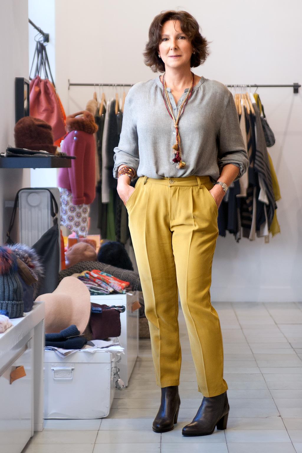 Inés de la Peña, asesora de imagen personal, posando con prendas de la tienda Ocre, situada en el barrio del Antiguo.