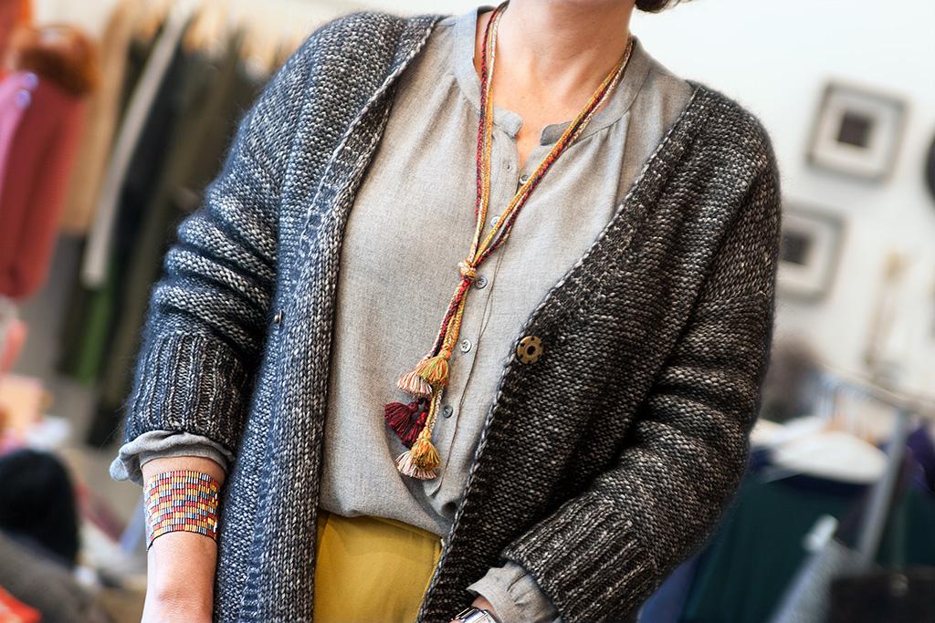 Inés de la Peña, asesora de imagen personal, posando con prendas de la tienda Ocre, situada en el barrio del Antiguo. Detalle de prendas de Ocre.