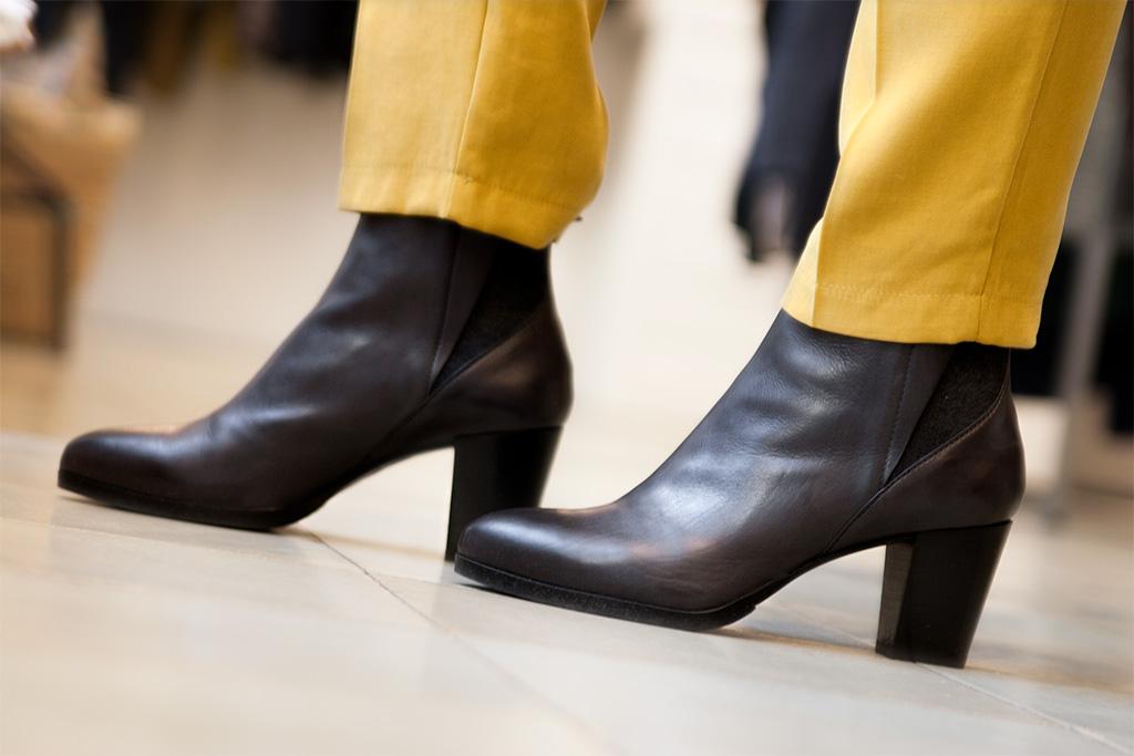 Inés de la Peña, asesora de imagen personal, posando con prendas de la tienda Ocre, situada en el barrio del Antiguo. Detalle de calzado de Ocre.